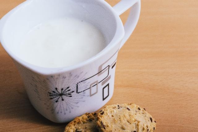 ホットミルクを砂糖入りで飲む